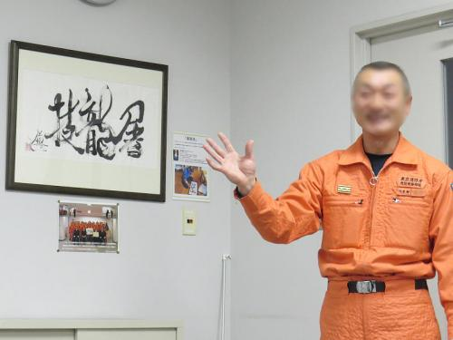 消防救助機動部隊心得の「屠龍技」(とりょうのぎ)の書。直訳すれば龍を葬る技、実在しない龍を倒す技などいくら身につけても意味は無い。※学んでも実際には役立たない技術[広辞苑より]<br /><br />由来は中国の故事らしい。<br /><br />昔,中国の山奥に悪龍が住みつき,時折現れては村人に害を為した。一人の青年が,「誰かがこの龍を退治しなければならない」と考え,その龍を屠る技を身につけるべく一生をかけて「屠龍の技」を磨いた。龍は二度とその村に姿を現さないまま青年は一生を全うした。村人の中には無駄なことをしたと笑う者もいた。非ず,悪龍は屠龍の技を磨いていた者が住む村を恐れて避けていたのである。<br /><br />龍の出現の有無に拘わらず,屠龍の技を磨く。但し現れたら一撃のもとにこれを屠る。我々の目指すところである。<br /><br />災害に備えて常に訓練を重ねる。「何もないこと」と,「何もないようにしたこと」とは天と地ほどの差がある。これが,私たち消防及び6本部機動部隊の心得である。<br /><br />以上、第六方面消防救助機動部隊心得より