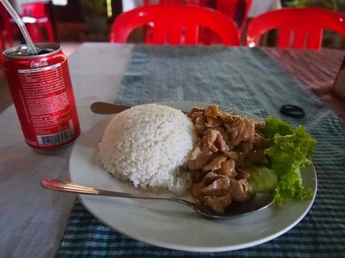 人生で一番エキサイティングだったベンメリア観光に満足したので、ベンメリア前で昼飯。<br />わりとおいしかったですが、日本の定食っぽいなあと思ったり。。。
