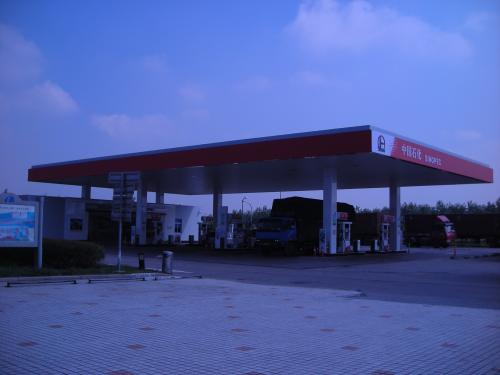 サービスエリアの給油所。