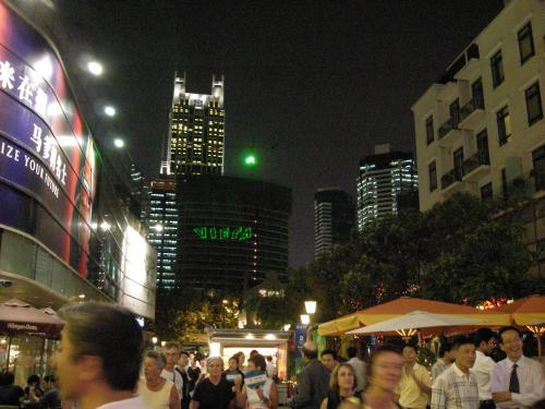 夜は上海に戻ってきた。街の名前はわからない。<br />街は近代化され、西洋人も多く随分モダンな感じだった。