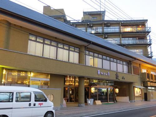 午後5時、今夜のお泊まり先の石和温泉「華やぎの章 慶山」にチェックイン。<br />石和温泉駅から一直線500mと言うロケーション、ホテルの売店と併設されているヤマザキデイリーストアーが繋がっています。。<br /><br />