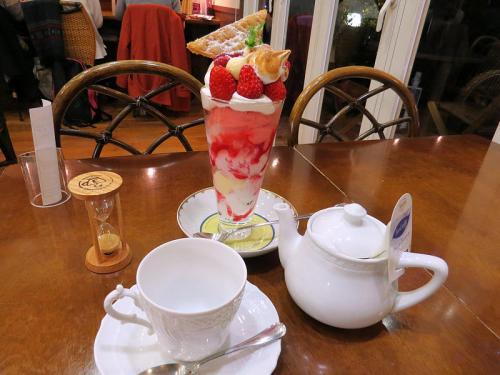 ケーキは持ち帰る事とし、カフェでストロベリークリームシャンティーとセイロンティーを注文。