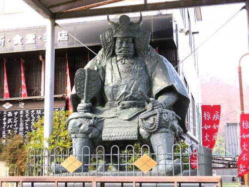 ホテルを後にし塩山の恵林寺(えりんじ)へ<br /><br />立派な武田信玄像があるお土産やさんがあり車を停めさせていただきました。<br /><br />
