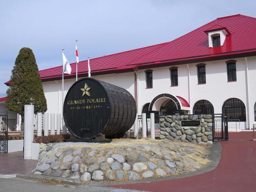 続けてサッポロのグランポレール勝沼ワイナリー。<br /><br />http://www.sapporobeer.jp/wine/winery/katsunuma/<br /><br />こちらの見学ツアーは土・日・祝日限定でしかも有料の完全予約制。<br />今回は併設の売店でワインを購入。