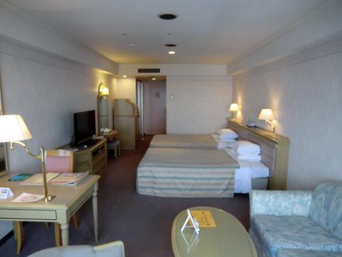 我々の部屋に入る。室内(写真)は広くて快適に滞在できそうである。料金は1泊2食で1人11500円+入湯税150円(税・サ込)とお値打ち価格である。ただし、土曜日は15500円。