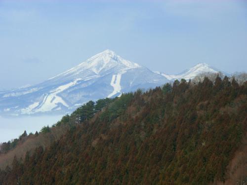 部屋から右遠方に磐梯山が綺麗に見える。