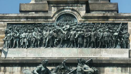 ヴィルヘルム一世でしょうか、真ん中に馬に乗って、プロイセン軍(ドイツ軍)を率いた群像も碑文の上にあり、ドイツ統一とライン川の結びつきが良く分かる。