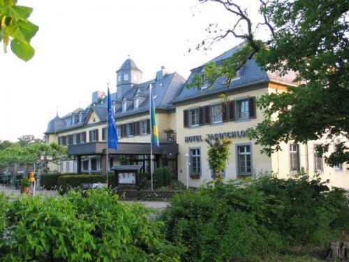 ;5.16. 古城ホテル ニーダーバルドJagtschloss Niederwald<br />http://www.niederwald.de/en.html<br /><br />森の道を散策し、対岸のフンスリュック地方が見える展望ポイントまで行って、引き返す。<br /><br />14:50さらに上手の森の中を車で少し走ると、初めて訪れる、Jagtschloss Niederwaldヤーグトシュロス・ニーダーバルドが出てくる。<br />1764年、ナッサウ大公が狩猟の館として建てたもの。本館が焼失したこともあって、1929年再建され、その後、クリーム色の壁、灰色の屋根をもつ館はホテル・レストランに生まれ変わった。<br />ホテルの周辺の森は自然保護地域になっているらしく、深い緑におおわれている。<br />