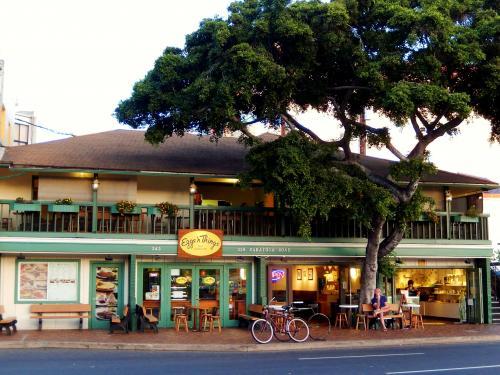レンタカーをホテルに置いて、てくてく歩いてワイキキビーチへ<br />サラトガ通りには、もりもりクリームのパンケーキで有名な「エッグスン・シングス」があるよん。