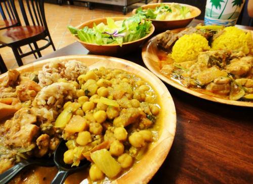 どれもおいしそうで… 結局2人とも2品選んじゃった(笑)<br />私は、玄米にお店の人おススメのひよこ豆のカレーと、鶏肉とズキーニなどの野菜をトマト味で煮込んでチーズが絡まったもの<br />相方は、サフランライスにエジプト・ラムと、フィッシュカレーかな?