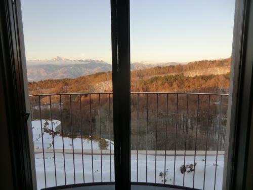 目覚めの朝。カーテンを開けると朝焼けの南アルプス(写真)が見える。