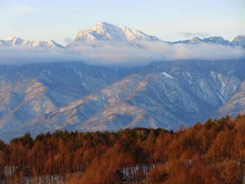 バルコニーに立つとさすがに寒い。白銀の「甲斐駒ヶ岳」(写真)をアップで撮る。