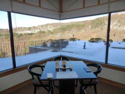 窓側の1人席(写真)に座り、山々を眺めながらの朝食にする。