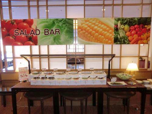 このレストランでは朝食、夕食には「新鮮野菜のサラダバー」(写真)が味わえる。