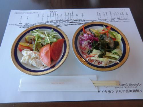 「リンゴ、青ジソ、イタリアン」の3種類のドレッシングがある。朝から新鮮野菜をたっぷり食べる。