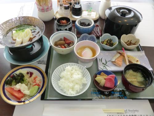 和朝食(写真)1680円。結構、ボリュームがある。サラダバー付きなので、ご飯を少なくしてカロリーオーバーに気を付ける。