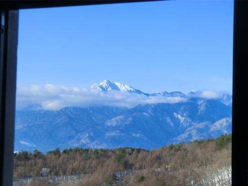 窓側のソファーからは青い空に白い南アルプスが見える。ソファーで読書したり…