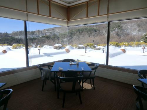 午後1時、ランチのために再びレストラン(写真)に行く。雪深い八ヶ岳なので、冬場のランチタイムにはほとんどお客はいない。私の貸し切り状態である。
