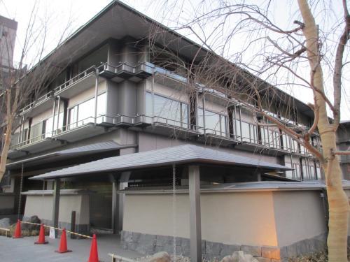 二条通りまで歩くと、来年二月開業予定の「リッツ・カールトン京都」がその姿をほぼ現していました。<br />雅な気品あふれる重厚な外観です。