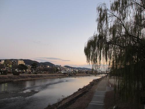 美しい夕暮れの鴨川。<br />夕日が静かに水面を照らしています。<br />京都情緒あふれる鴨川沿いを丸太町通りまで歩きました。
