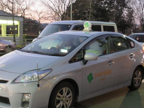 「八起庵」はもうすぐそこ、川端丸太町の交差点で信号待ちをしていると「四つ葉タクシー」を発見!<br />「三つ葉タクシー」の愛称で知られる京都のヤサカタクシーですが、営業車両1400台のうち4台だけマークが四つ葉のクローバーになっている「四つ葉タクシー」が存在しています。<br />この幸運を呼ぶという「四つ葉タクシー」に偶然遭遇し、テンションがますます高まりました♪