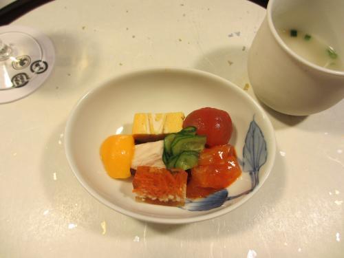 付き出しは鶏肉のみならず卵焼きやトマトなど色とりどり!<br />また寒天寄せなど味にメリハリもありました。