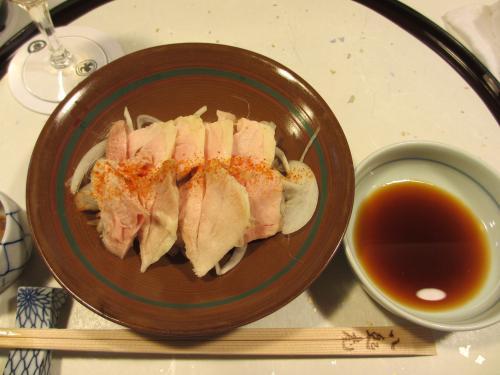 蒸し鶏。<br />蒸すことにより鶏肉本来の甘味を味わえる逸品です。<br />薄くスライスされたシャキシャキ玉ねぎの上にふんわりとした蒸し鶏、ピリッとした一味がいいアクセントになっています。