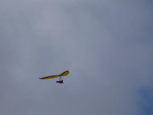 ハングライダーで飛んでいる人がいます。<br />こんな眺め上から見たら気持ちいいでしょうね。<br />でも怖そう・・・