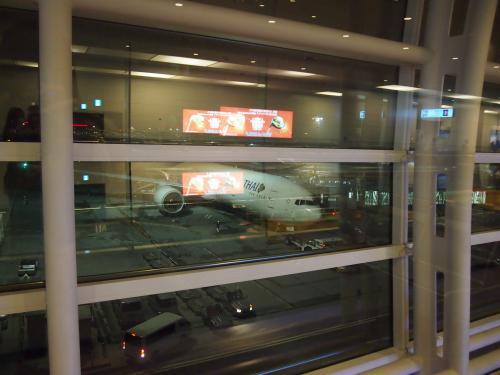 羽田空港集合時間が22:30くらい、仕事終わりでも余裕で間に合います。<br />機内泊になるので、実質タイに滞在できるのは4日間でした。<br />