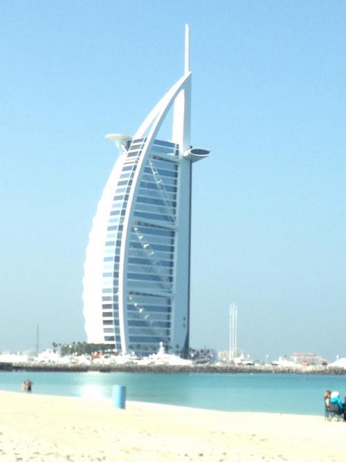 ブルジュ・アル・アラブ<br />最高級の7つ星ホテルです!宿泊かレストランの予約がないと中には入れないので外観だけ…
