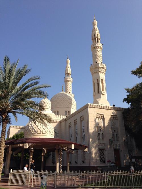 ジュメイラモスク<br />1978年に建てられた、ドバイで最も美しいといわれるモスク。<br />真っ白いドームと2本のミナレットをもつ、現代イスラム風の建物です。<br /><br />