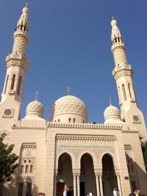 イスラム教は1日5回お祈りの時間があるそうです。<br />時間になったらモスクから大音量で呼びかけの音楽みたいな、アザーンが流れます。街中を歩いてても、あ…お祈りの時間!って、私たちにも分かります。