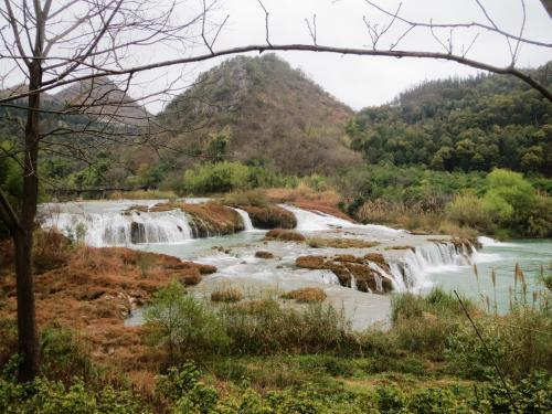 入場してすぐ右手には九龍河が流れていて滝の姿も現れます。