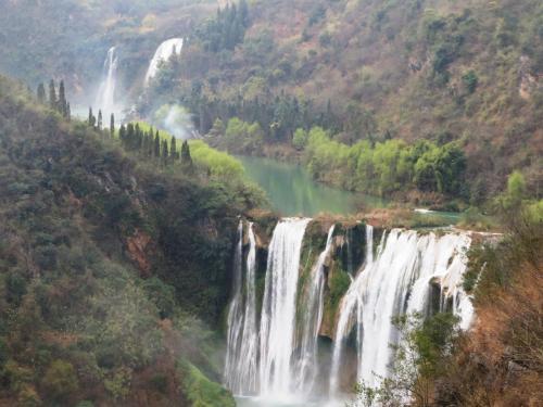 一番大きな「神龍瀑布, H56m W112m」を望遠撮影。