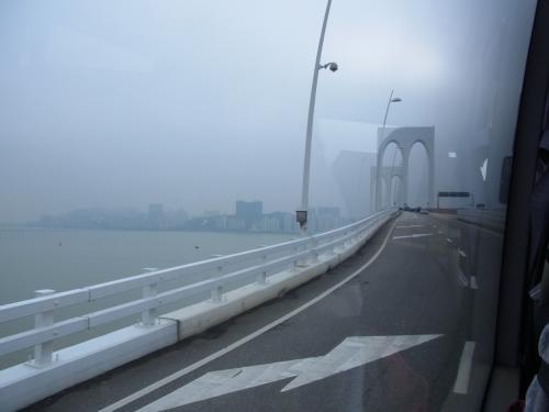 フェリーターミナルからホテルへ無料バスに乗って。<br /><br />この橋、明日の朝走るんだ〜。