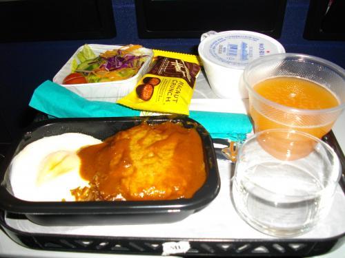 いよいよ出発!<br /><br />初ハワイアン航空。新千歳から直行便でラクでした。<br />機内食はロコモコ。結構おいしかったです。<br /><br />ジュースはパッショングアバオレンジ。もうちょっと濃い味だったらおいしいのにな〜。<br />この後パイナップルジュースを飲んだらそっちのほうがおいしかったです。<br />チョコレートは持って帰ってきました。