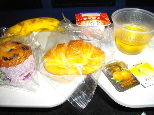 着陸前の軽食。全部食べると結構おなかいっぱいです。