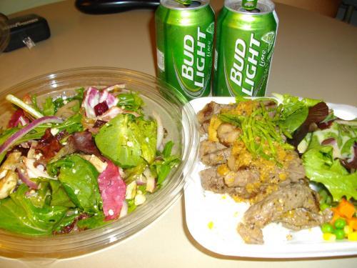 夜ごはんはサムズのステーキプレートとコココーブのトスサラダにしました。<br />サムズのステーキは夫のリクエスト。お肉が柔らかくておいしいです。<br /><br />ひとり一人前のプレートを食べたら苦しいぐらいにおなかいっぱいになっちゃうので今回の旅行ではメイン一人前とサラダ一人前ぐらいに抑えようということにしました。(なるべく)