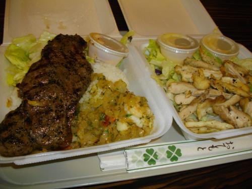 夜ごはんはロイヤルハワイアンセンターのフードコートにあるチャンピオン。<br />ステーキ&シュリンプのプレートとチキンサラダ。<br />ちゃんと1メイン1サラダにしてますよ〜!<br /><br />ステーキ&シュリンプはウマいです!!チキンサラダのチキンは普通でした。<br />サラダはチキンのほかにステーキかシュリンプからも選べるので今度はチキン以外にしようかな?
