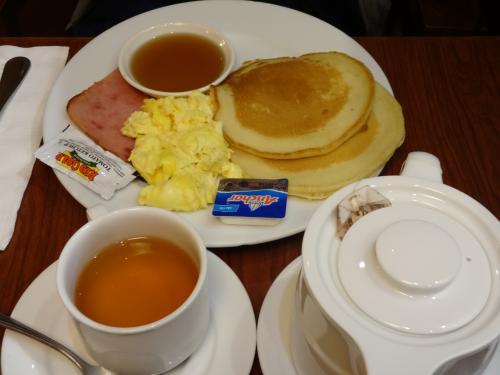 こちらはそのお得な<br />パンケーキコンボです。<br />普通の朝食、といった感じですが、<br />ホテルの朝食と考えれば安いです。
