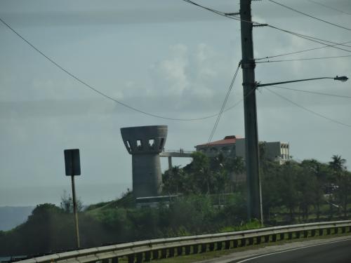 南部観光へ出発です。<br />車窓から見える、ラッテストーン型の展望台です。