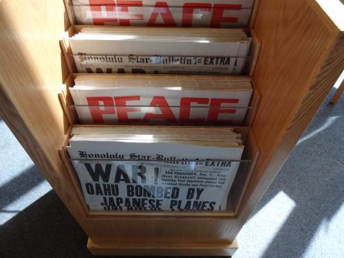 戦争中の新聞でしょうか。<br />PEACEの文字が見えます。
