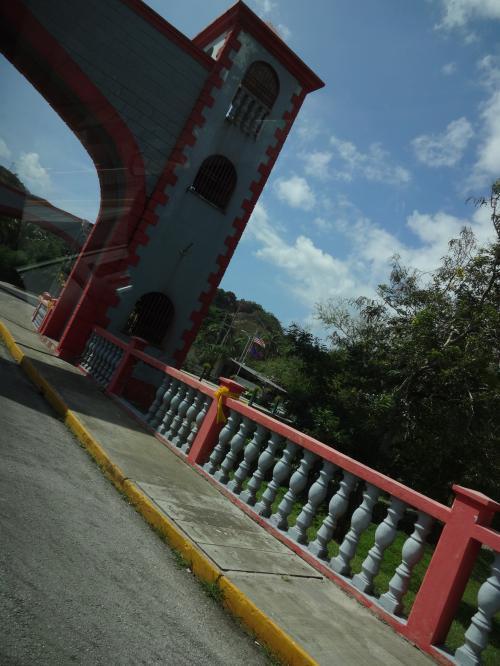 かわいらしいウマタック橋を<br />通ります。