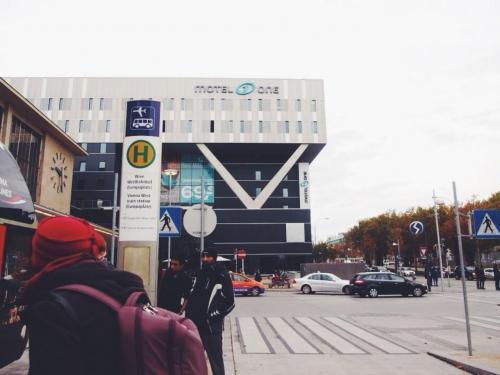 西駅からウィーン・シュヴェヒャート国際空港行きのバスが出ています。<br /><br />それに乗っていざ空港へ!<br /><br />ちなみにスーツケースなどは自分でバスの荷物入れに積む感じでした。<br />日本の空港行きのリムジンバスなら係りの人が積んでくれるのに〜<br /><br />重いスーツケースを持ち上げるのは中々辛い!笑
