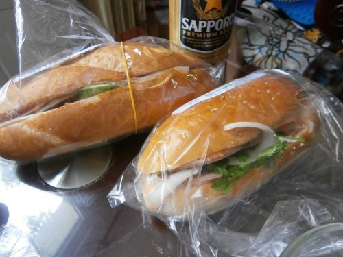 ベトナムのサンドイッチ、バインミーです。<br />一つ20,000VND、100円でした。<br />レバーパテ、ハム、色んな野菜が入った一番人気のミックスです。<br />美味しいです。<br /><br />買ったのは老舗の人気店ニューラン Nhu Lanです。<br />