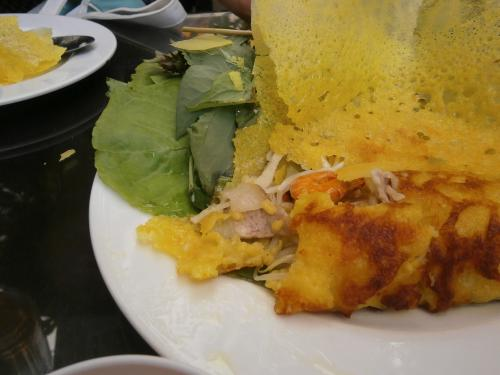 こちらはベトナム風お好み焼きバインセオです。<br />お肉やエビ、野菜がパリッパリの皮でくるまれてます。<br />美味しいです。<br /><br />このバインセオは、ニャーハンゴン Nha Hang Ngonで食べました。