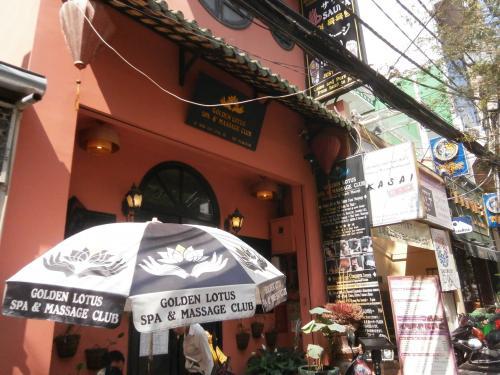ショッピングに疲れたらマッサージで癒されましょう。<br /><br />行ったのはGolden Lotusマッサージです。<br />住所は、20 Ho Huan Nghiepです。90分で357,000VND 1,785円でした。<br />すっごく気持ちよかったです。<br /><br />写真は支店 15, Thai Van Lungです。