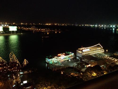 ホーチミンで最も格式と歴史のあるマジェスティックホテルの最上階にあるエムズバーで、サイゴン川の夜景を楽しみました。<br /><br />もしよかったら、詳しい旅行記はこちらでどうぞ。<br />https://blogs.osechies.net/archives/20140308/<br /><br />