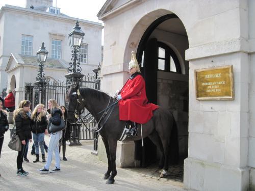 まずはホース・ガーズの衛兵交代へ。<br />バッキンガム宮殿よりも観光客が少なく、<br />間近に見ることができます。