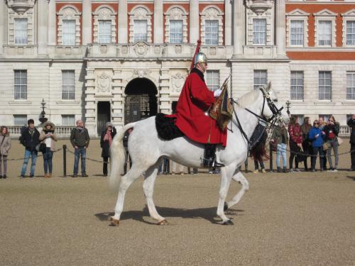 前回はバッキンガム宮殿の衛兵交代しか見てないので<br />なかなか面白いです。<br />